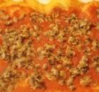 Pizza fatta in casa al pomodoro con vongole