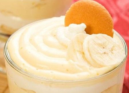 Dessert con banane e croccanti