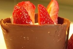 Pirottini di cioccolato con crema e fragole
