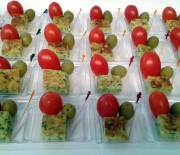 Stuzzichini con frittata, pomodorini ed olive verdi