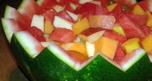 Macedonia di frutta nell'anguria