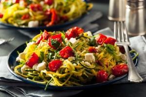 Spaghetti di zucchine al pesto di pistacchi e pomodorini
